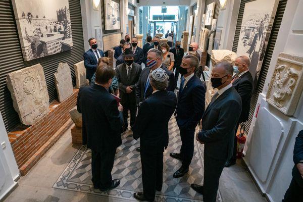 El ex ministro de exteriores estadounidense Pompeo en el museo del holocausto de Tesalónica